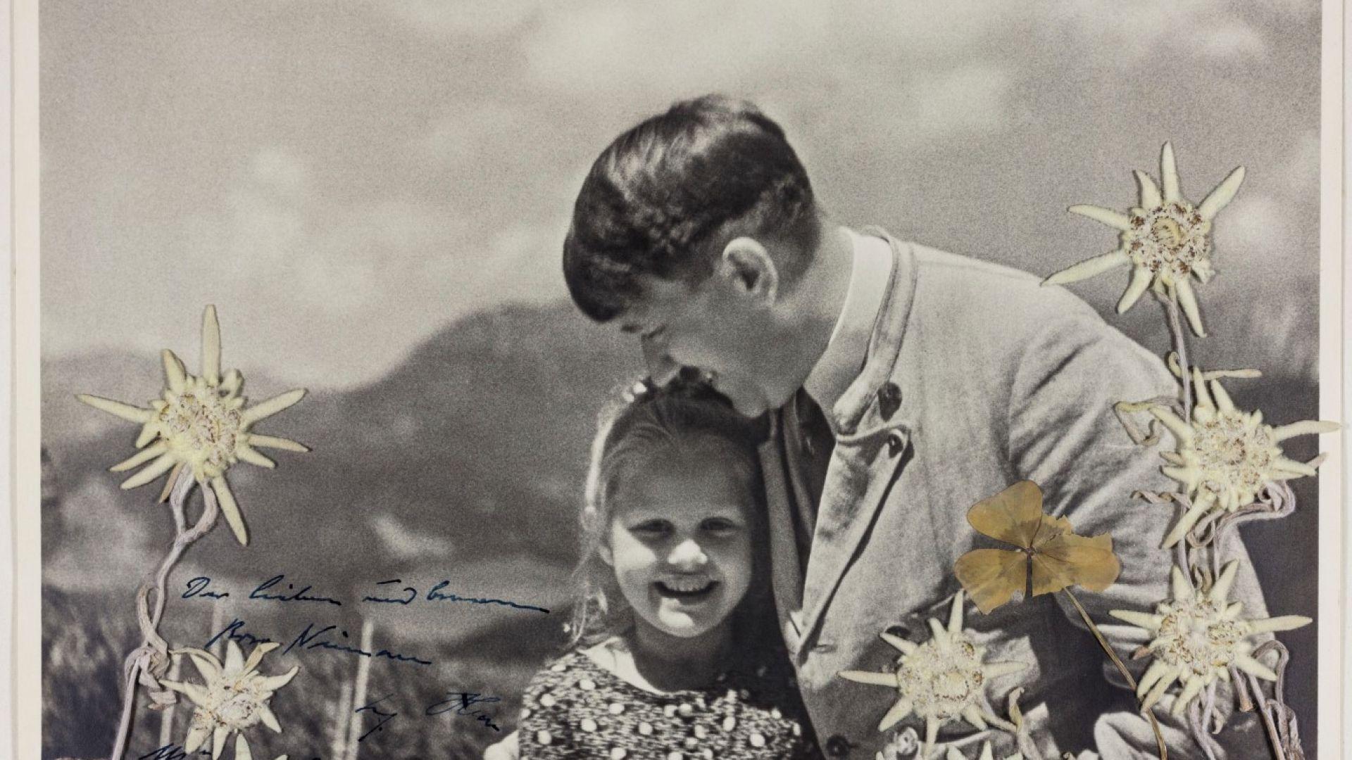 Снимка, на която Хитлер целува внуче на еврейка, продадена за $11 000