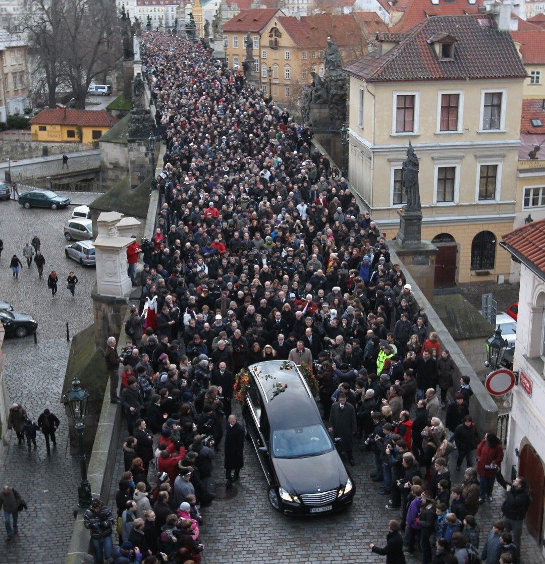 Хиляди чехи следват катафалката с ковчега на Хавел на 21 декември 2011 г.