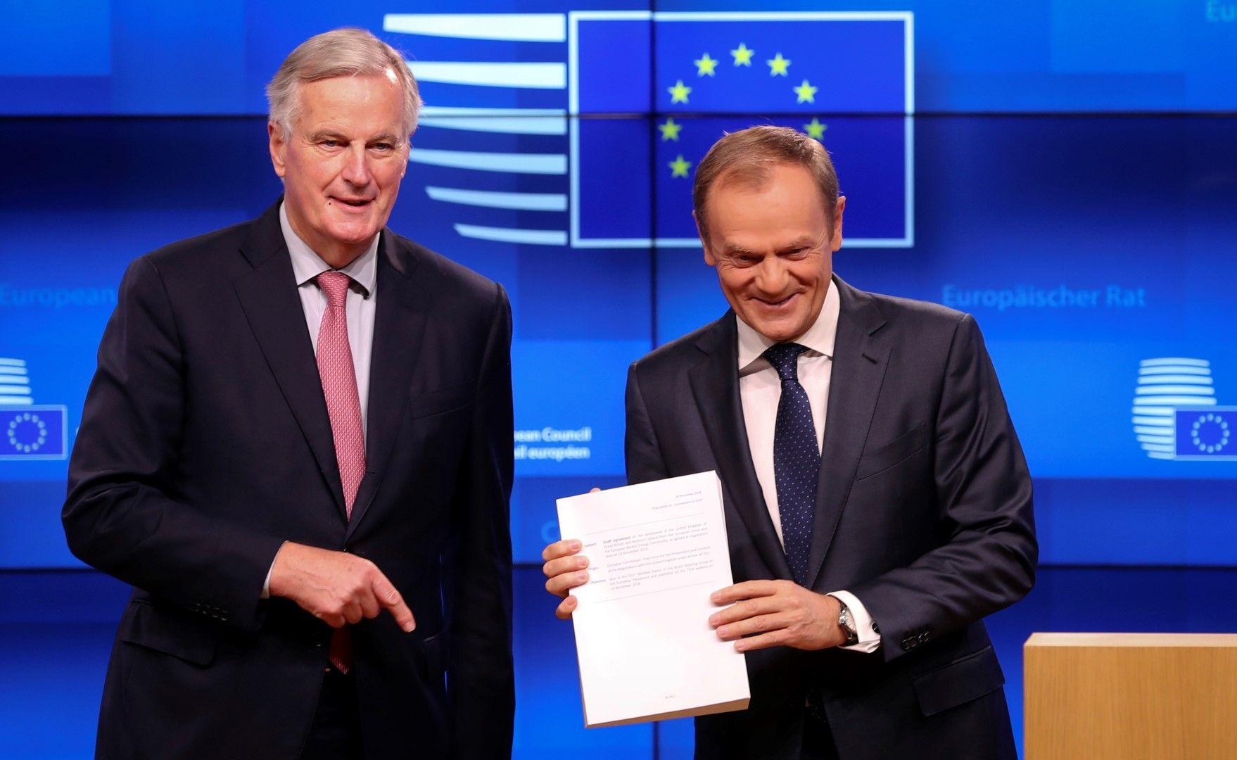 Мишел Барние (вляво) връчва проекта за договор за напускането на Великобритания