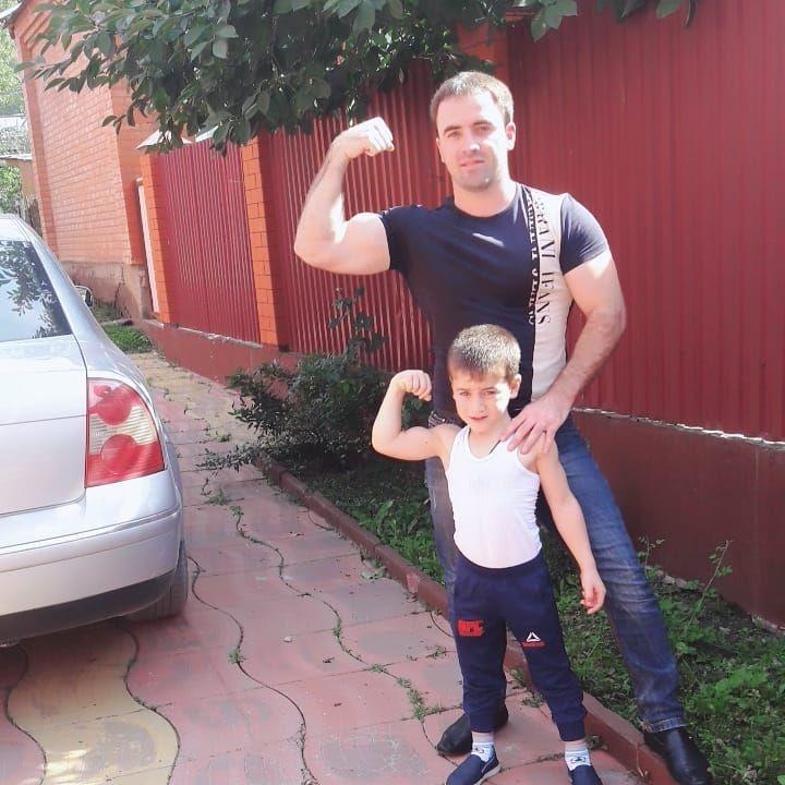 Момченцето тренира ежедневно с баща си