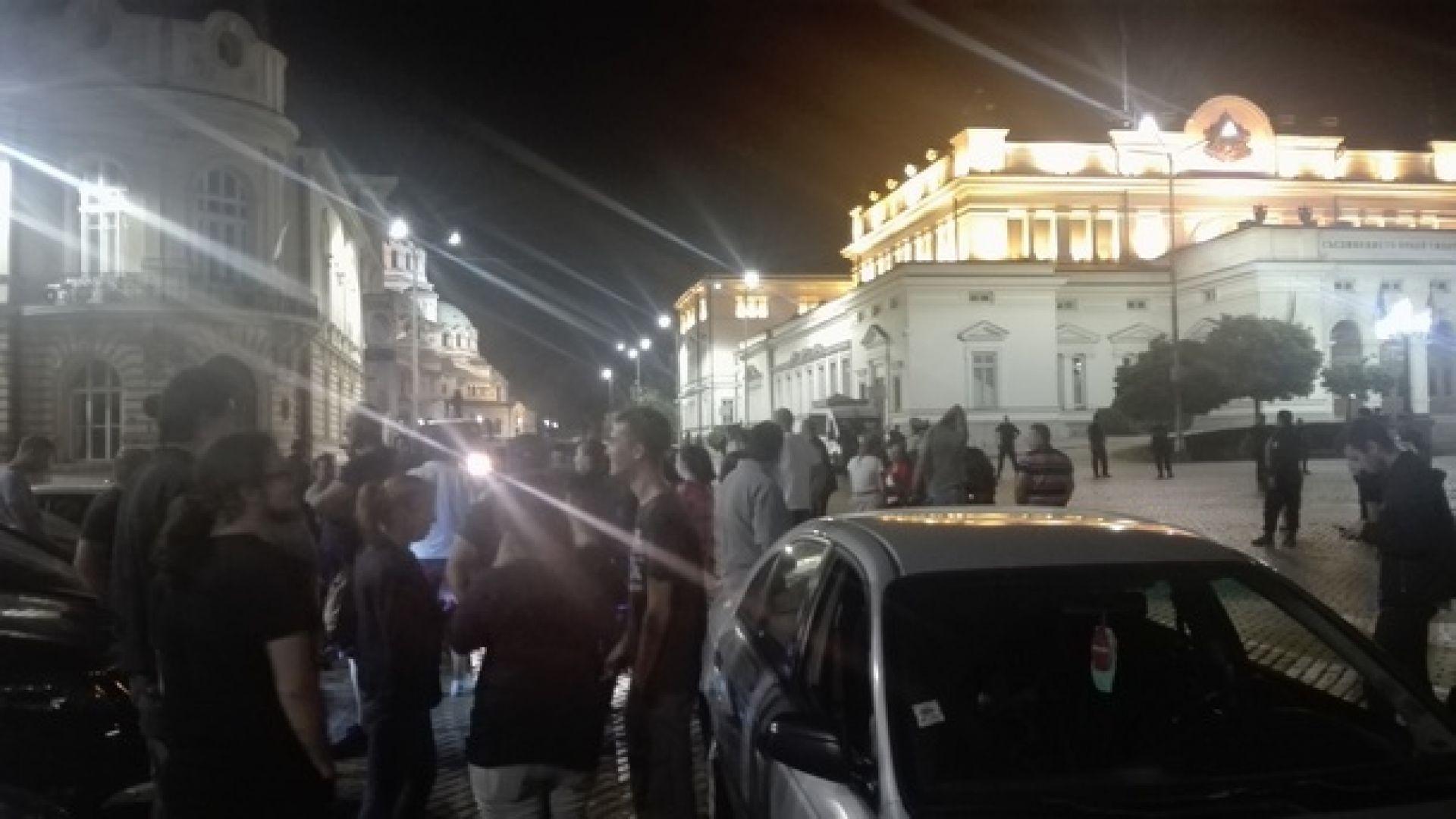Пътни блокади,  балони с вода, протест и пред парламента