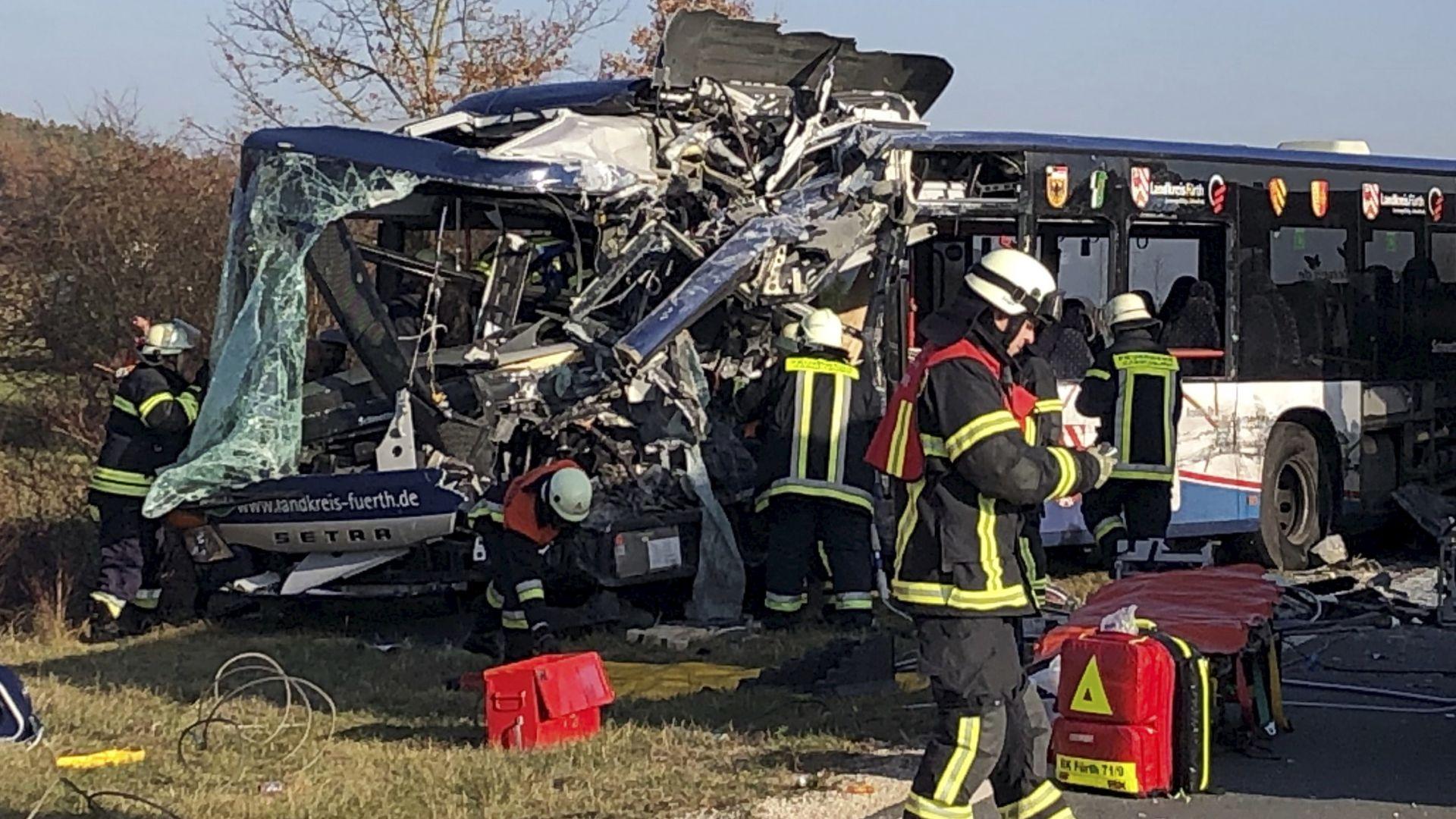 Около 40 души, повечето деца, са ранени след тежка катастрофа
