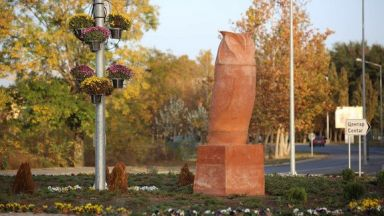 Статуя на сова във форма на фалос предизвика протести в Сърбия