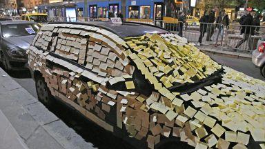 Таксиджии облепиха със стикери неправилно паркиран автомобил