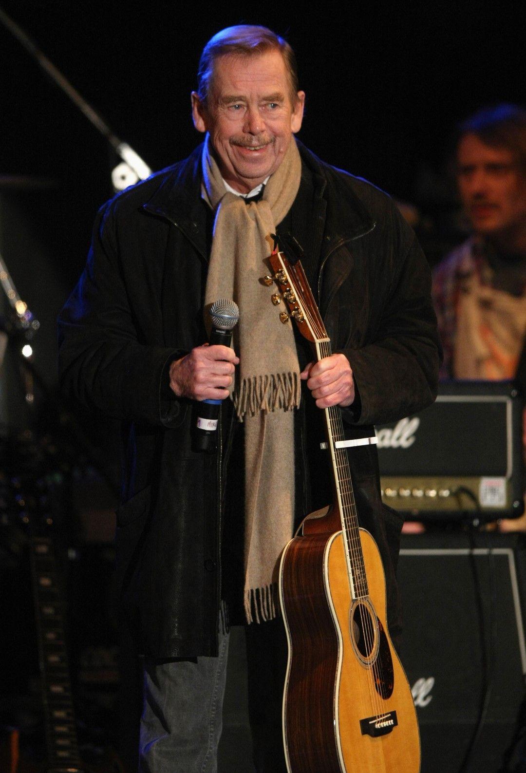 Вацлав Хавел с китара в ръка по време на концерт на 20-годишнината от Нежната революция