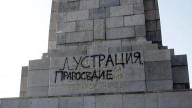 Арестуваха младеж, пръскал със спрей Паметника на Съветската армия