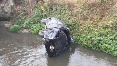 Кола излетя от завой и падна в река, двама младежи са тежко ранени