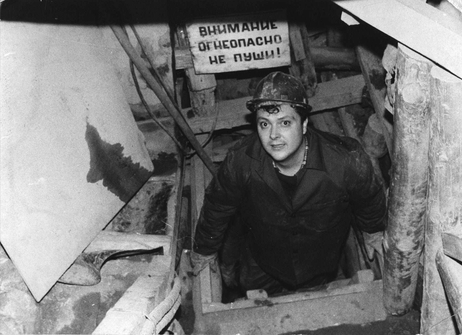 Димитър Статков, като млад журналист, на излизане от Царичинската дупка