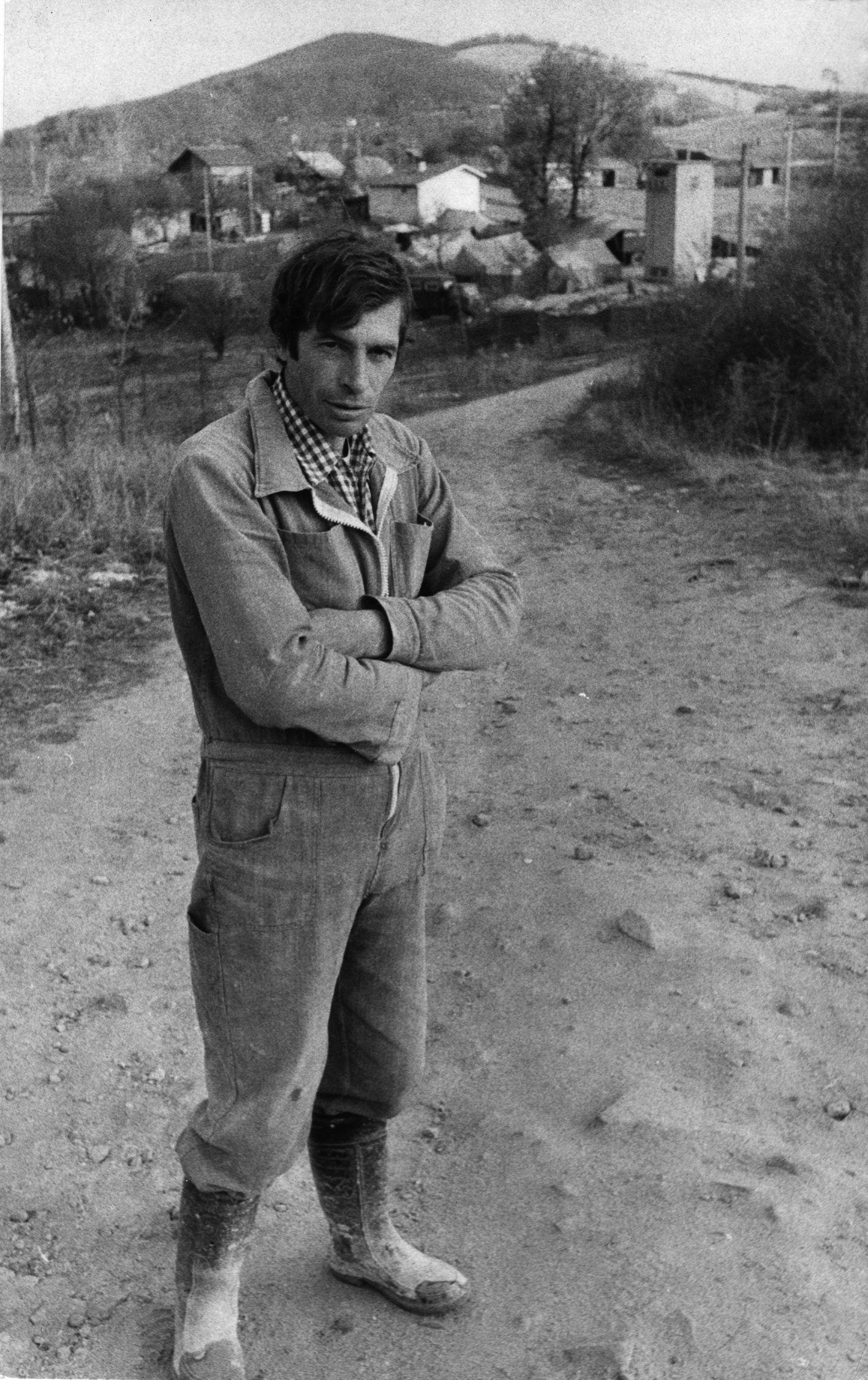 Човек от селото, който помага на на журналистите да видят обекта отвисоко