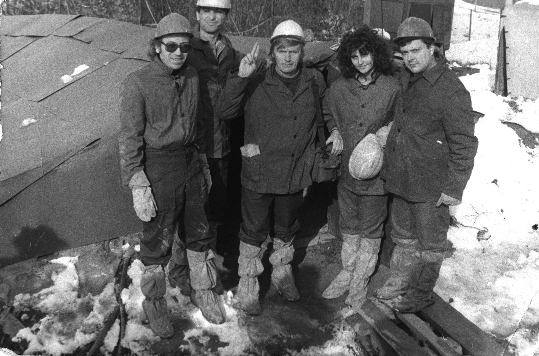 Снимка за спомен на журналистите, които отиват да видят Царичинската дупка преди заравянето й