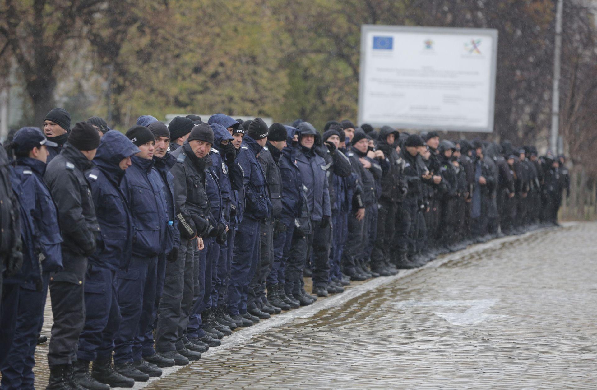 Кордон от полицаи има пред парламента