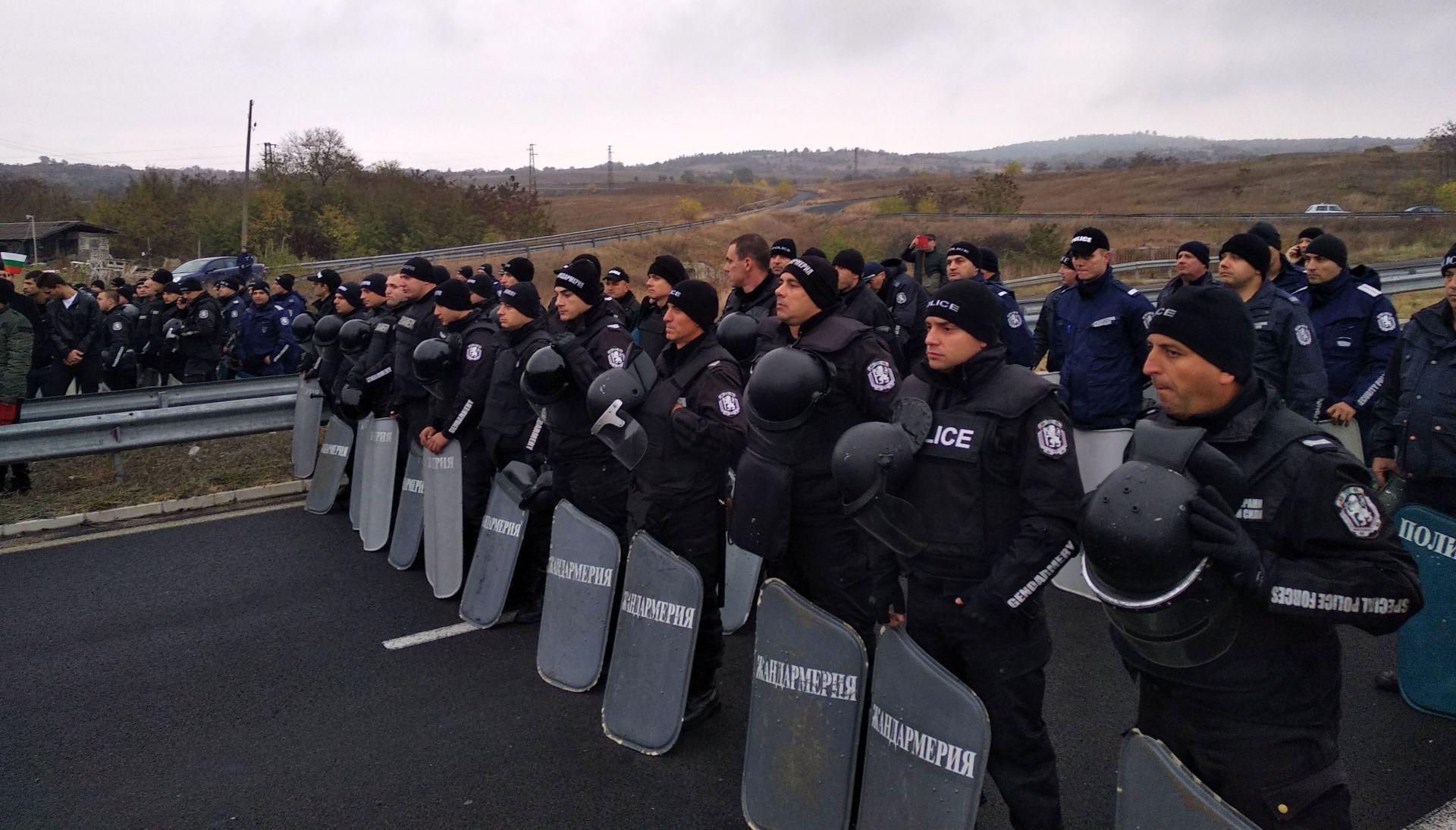 """Магистрала """"Марица"""" край Свиленград бе блокирана от протестиращи, които тръгнаха пеша, след като преди това затвориха с автошествие пътния възел за граничен пункт """"Кап.Петко Войвода"""" към Гърция"""