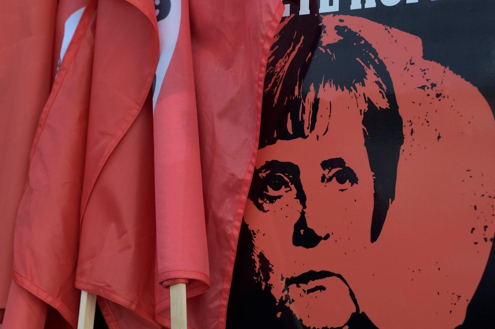 Плакат срещу Ангела Меркел, издигнат от протестиращи в Кемниц