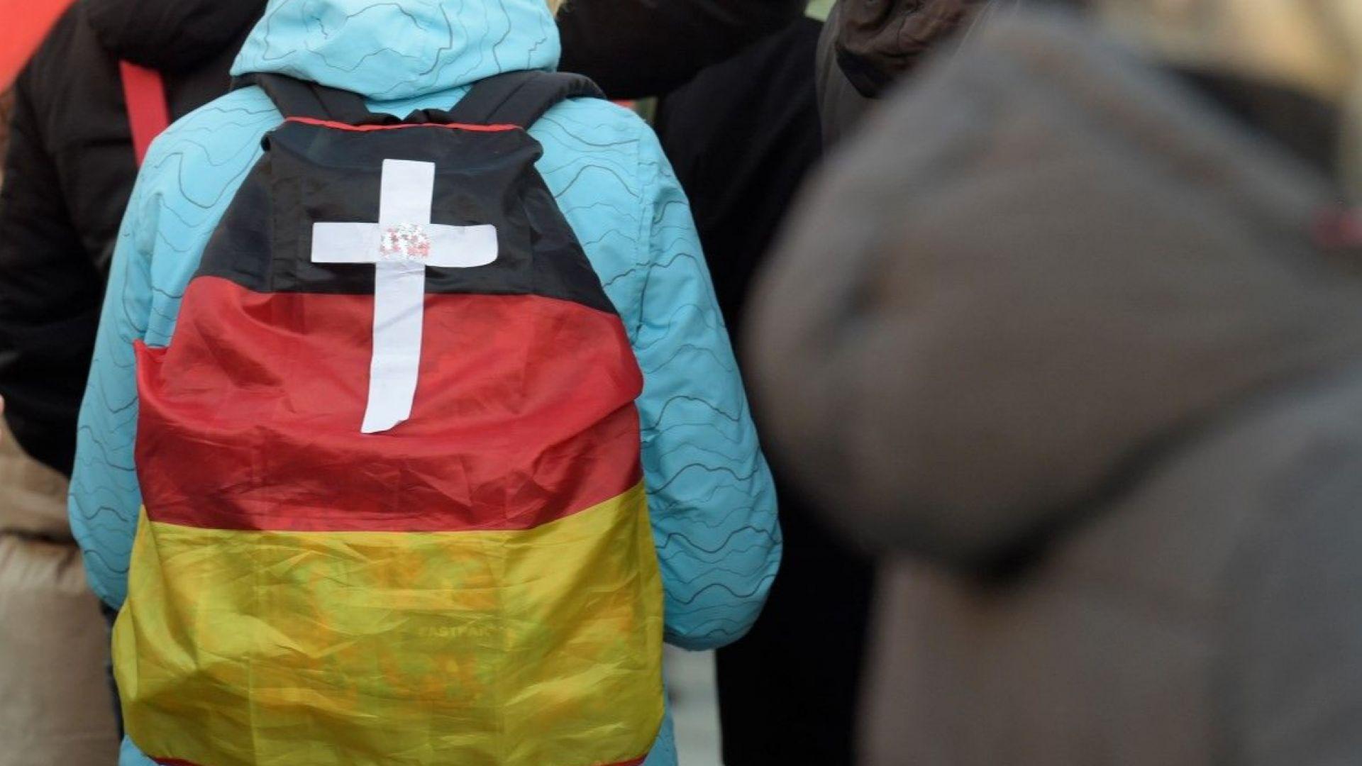 Миграционният пакт изостри битката за поста на Меркел