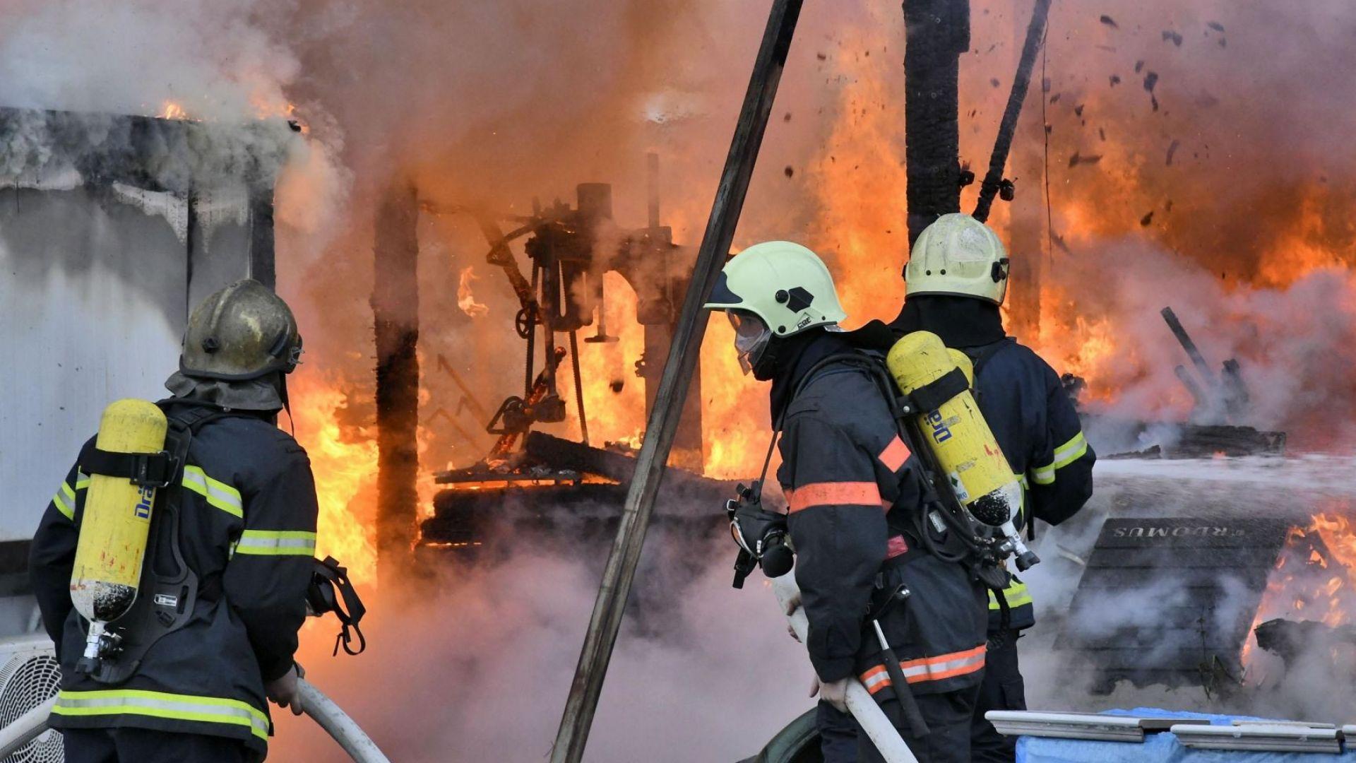 Огромен пожар в складове в столичен квартал