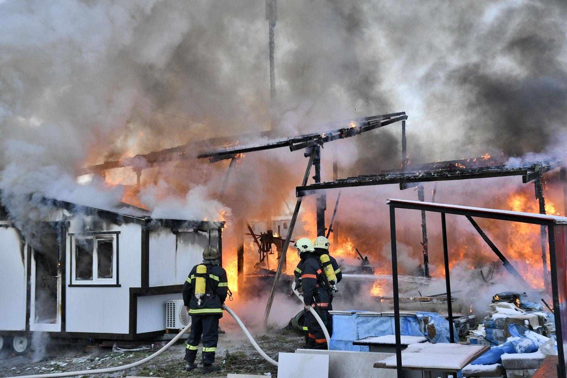 Пламъците са избухнали в склад за строителни материали