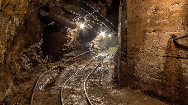 Двама миньори са пострадали при подготовка за взривяване в рудник