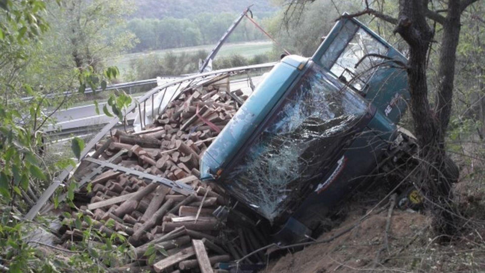 Камион падна от мост в Свищов