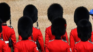 Пияни гардове на английската кралица арестувани след меле