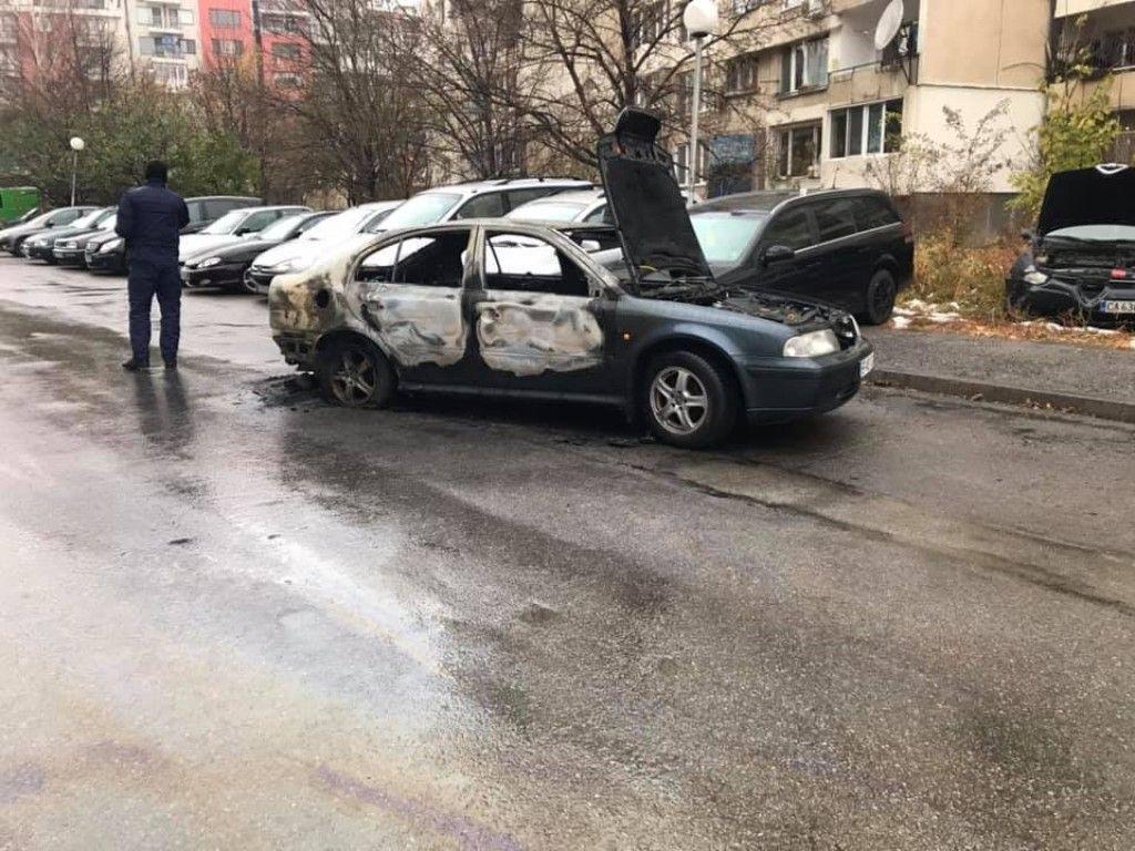 При пожара са засегнати още три автомобила