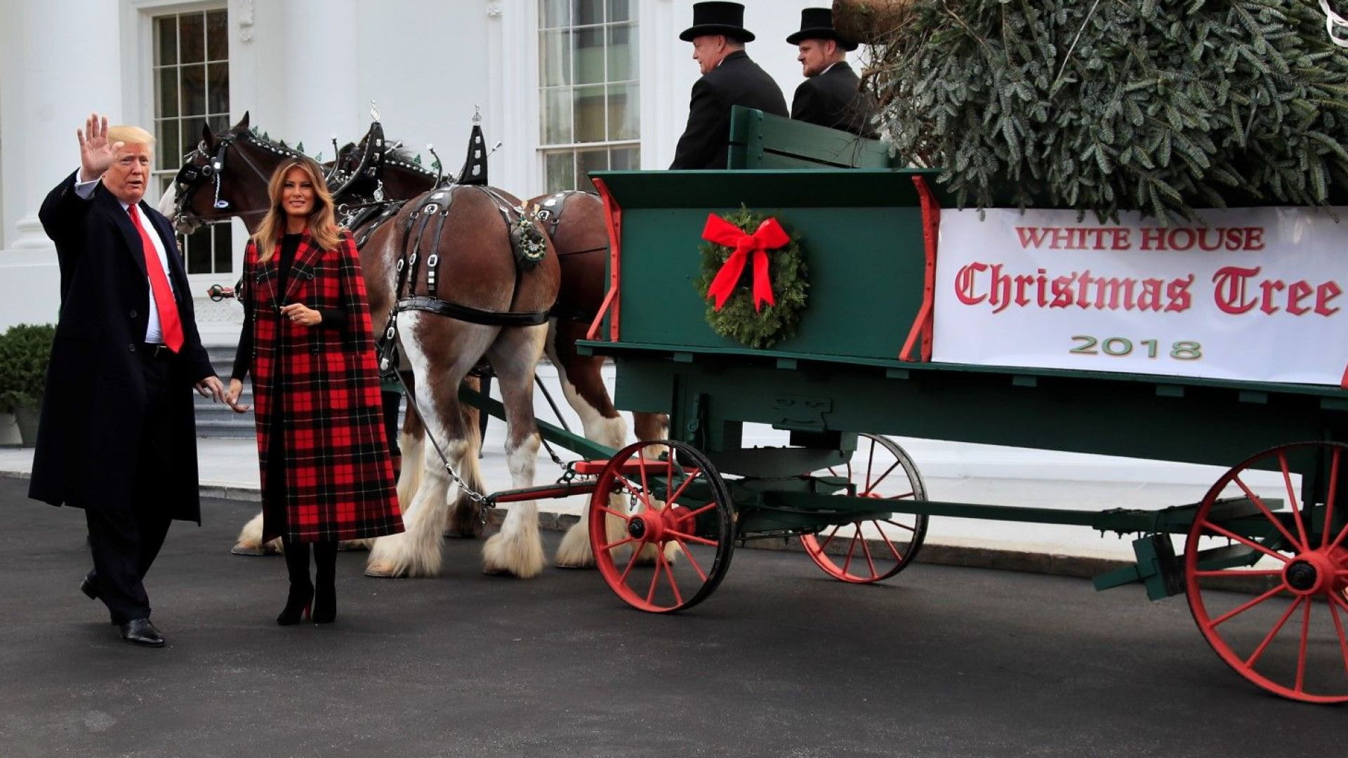 Мелания и Доналд посрещнаха коледното дърво в Белия дом