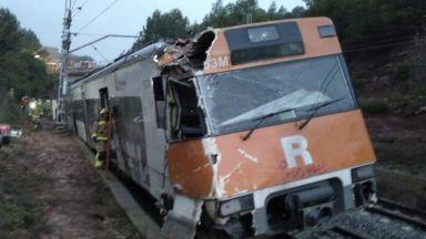 Влак дерайлира край Барселона, един загинал и десетки ранени