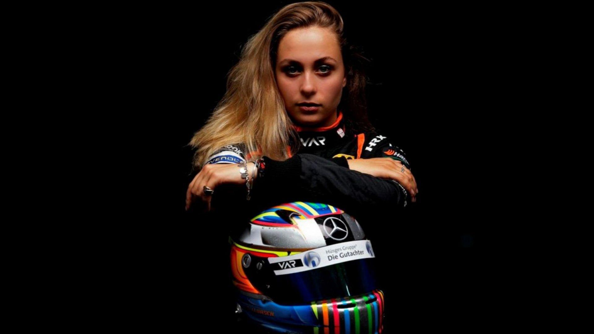 Оперираха 11 часа катастрофиралата тийнейджърка от Формула 3