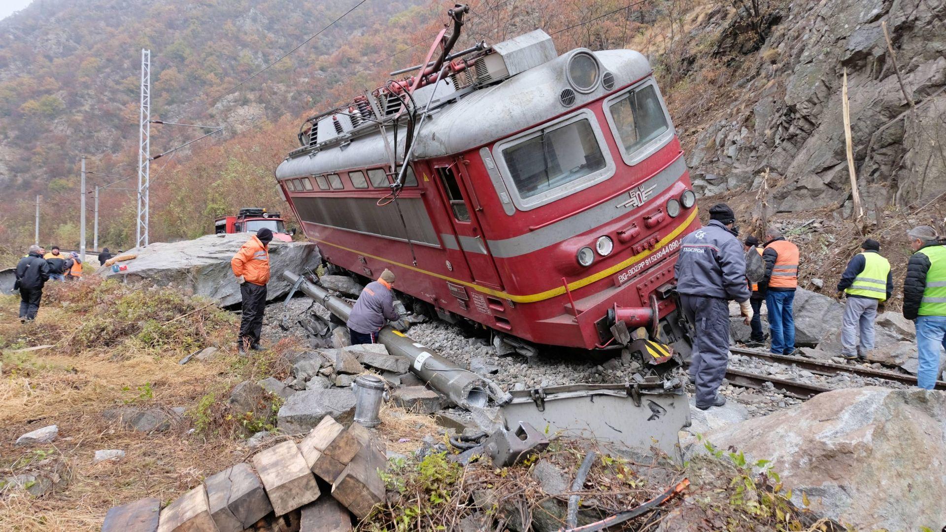 Възстановено е движението на влаковете в Кресненското дефиле след катастрофата