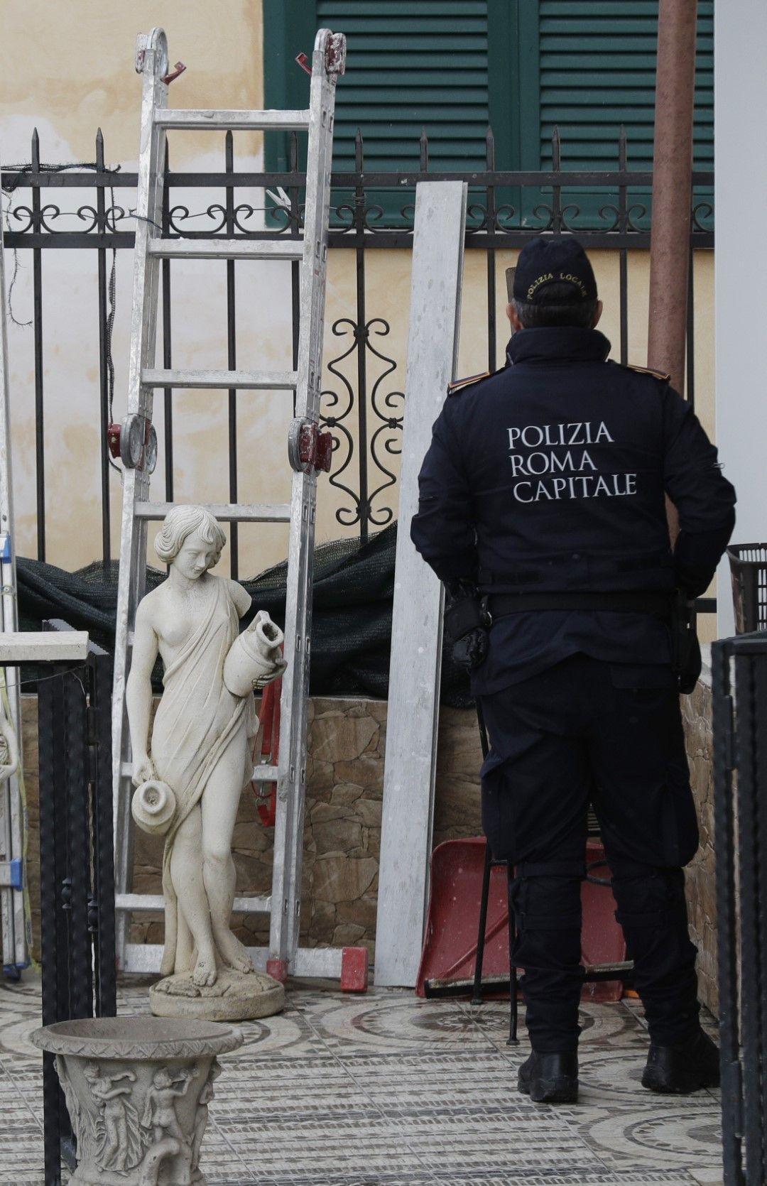 Полицай пред една от конфискуваните къщи