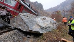 Експерт: Скален къс е задържал локомотива близо до ската