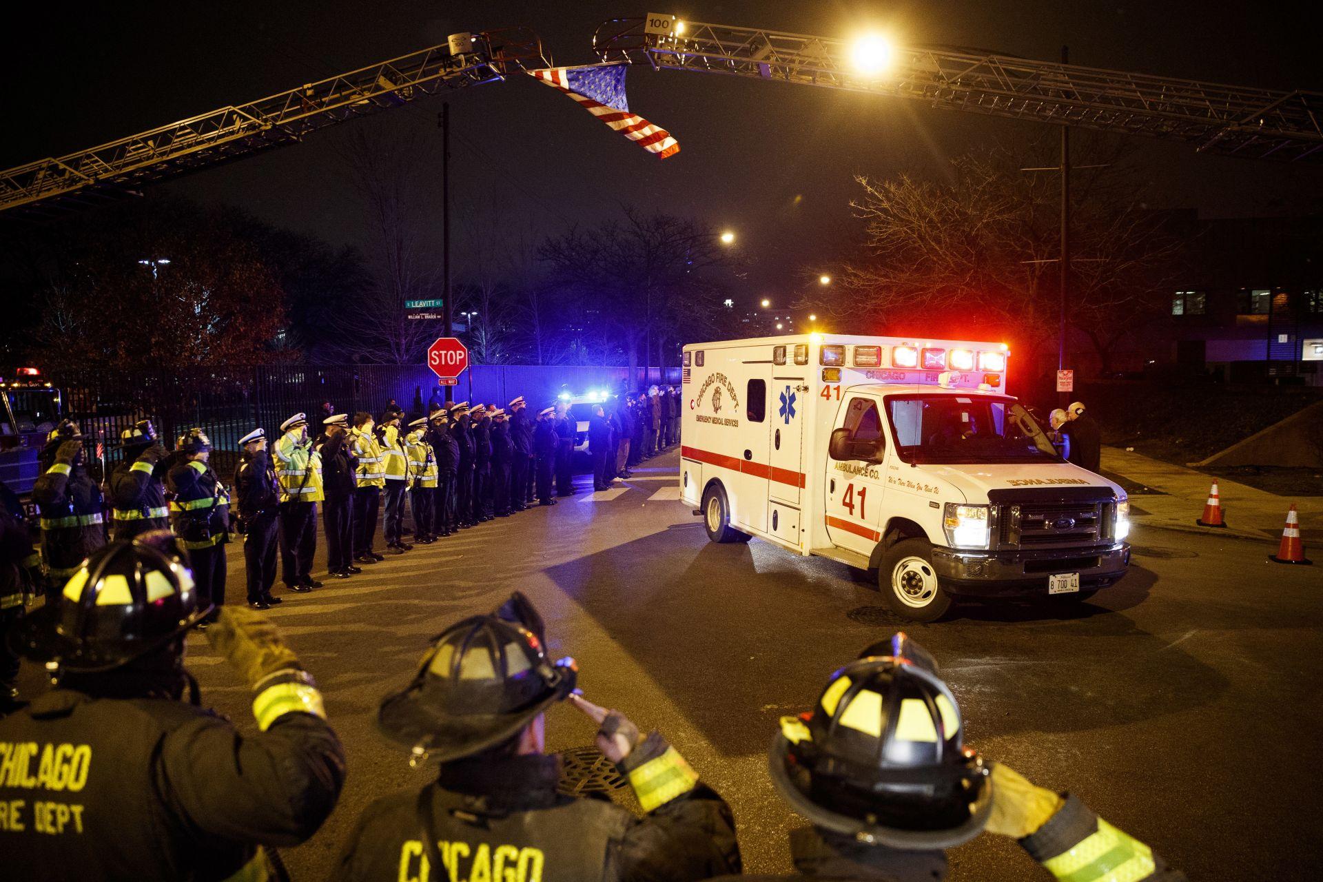 Линейка извежда тялото на загиналия полицай