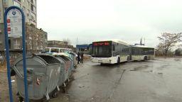 """Абсурдна спирка: В """"Младост 4"""" чакат автобуса до контейнерите за боклук"""