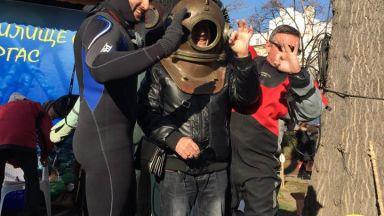 Гмуркане с ретро скафандър на Никулден в Бургас