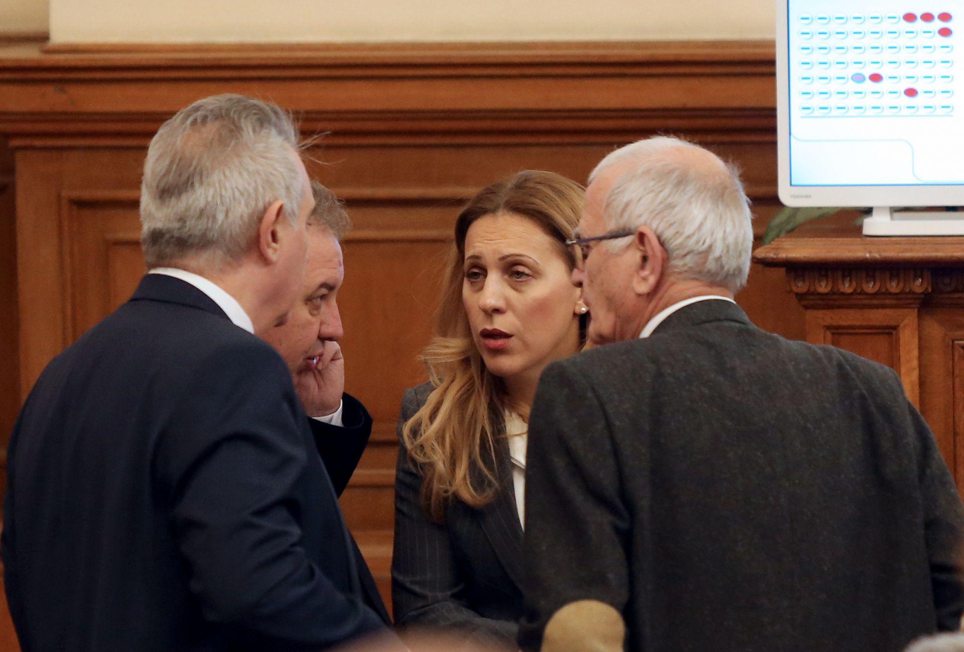 Марияна Николова в разговор с депутати преди да бъде гласувана кандидатурата й за вицепремиер