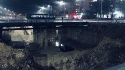 Кола падна в огромен изкоп за булевард във Варна