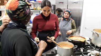 Бременната Меган готви в обществена кухня