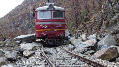 Изтеглиха катастрофиралия локомотив, но линията остава блокирана