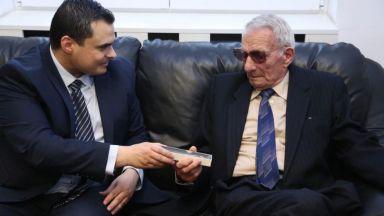91-годишен получи наградата си за геройство след 75 г.