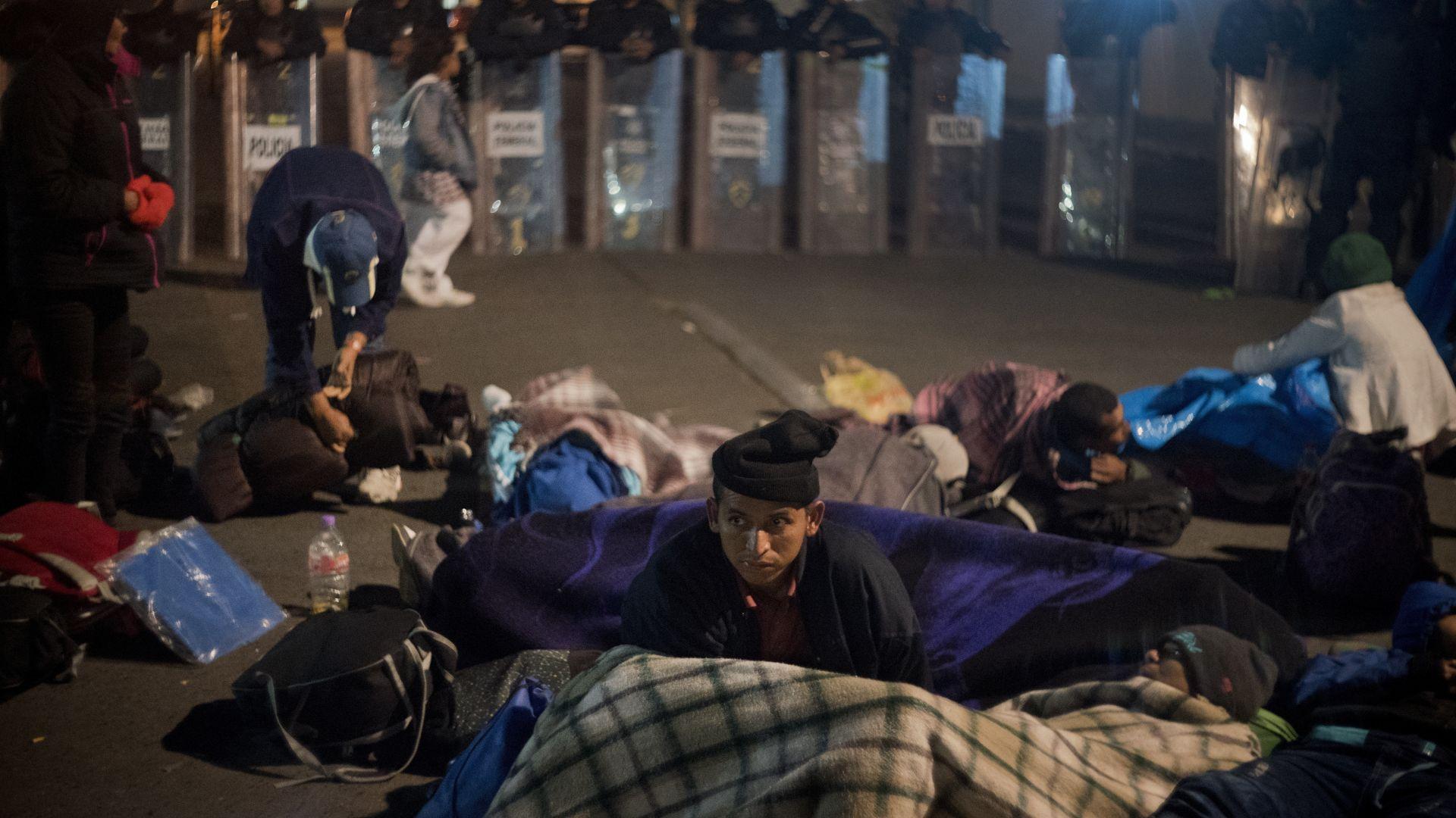 Стотици мигранти на границата в Мексико готови да преминат в САЩ