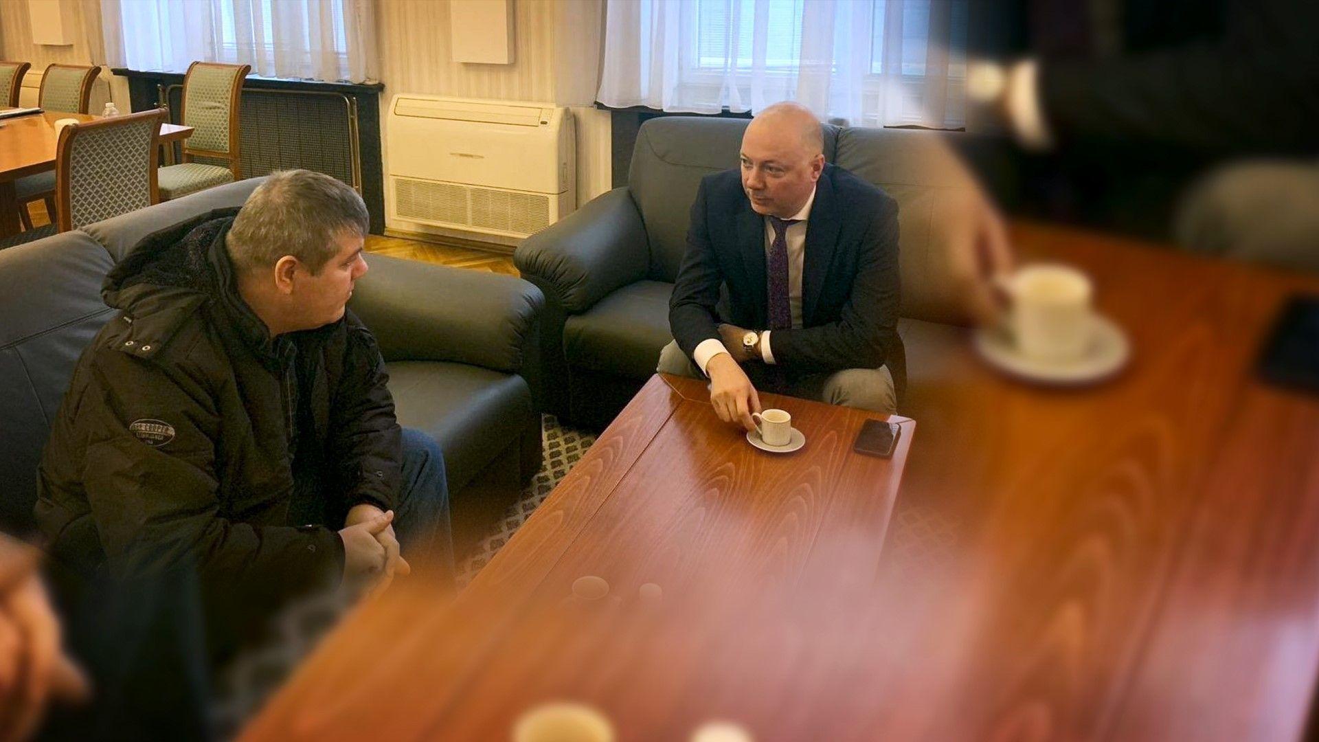 Транспортният министър се срещна с машиниста на дерайлиралия влак