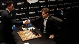 Геният в шаха изумява и в игра срещу 7 милиона футболни треньори