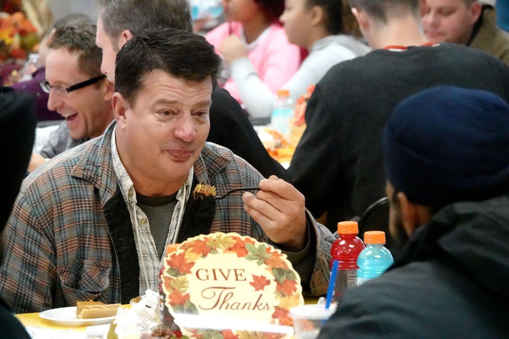 Пострадали от пожарите в Калифорния се хранят с дарена от благотворителна организация храна