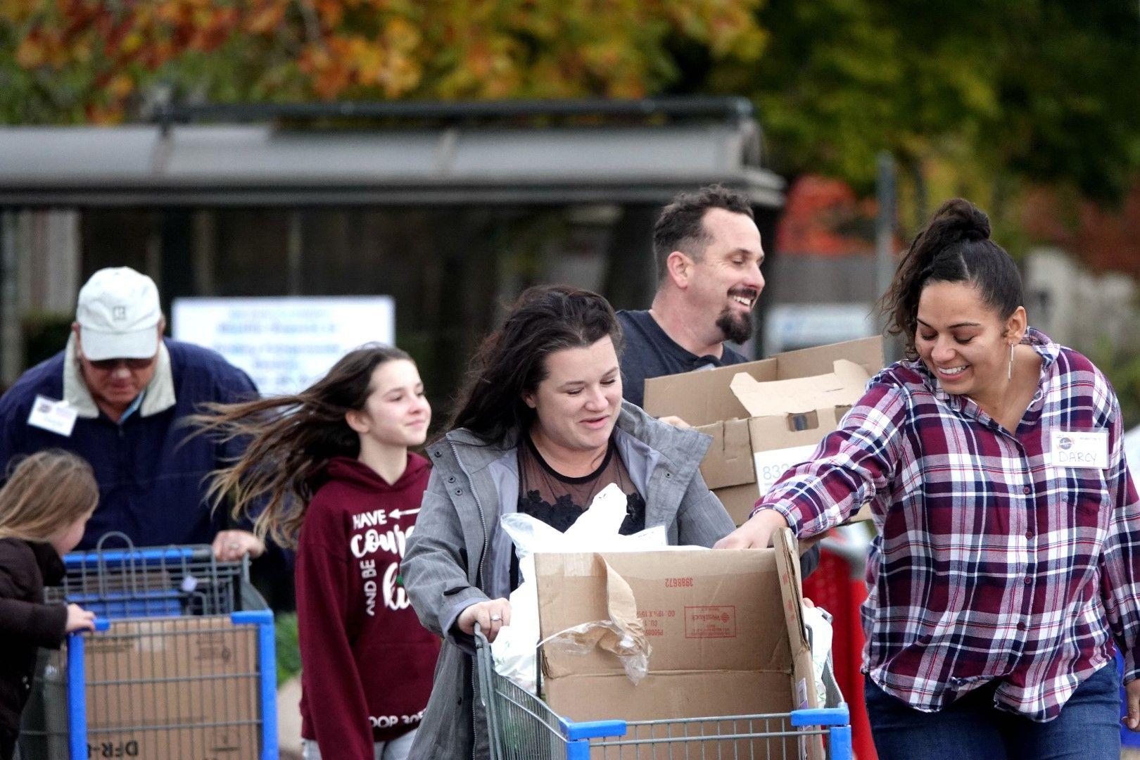 Граждани изпращат храни на пострадалите от пожарите в Калифорния