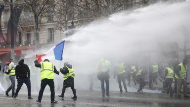 """Газ и водни оръдия срещу """"жълтите жилетки"""""""