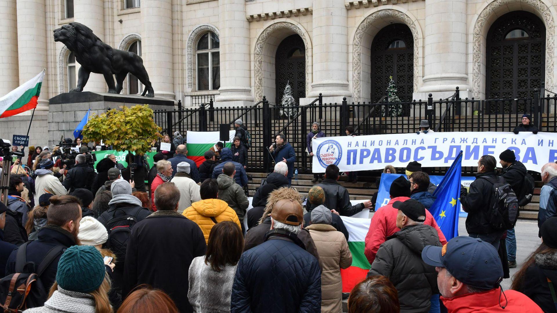 Протест пред Съдебната палата: Освободете Иванчева и Петрова!