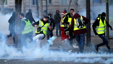 """Протестите на """"жълтите жилетки"""" изправят Макрон пред най-голямата криза"""