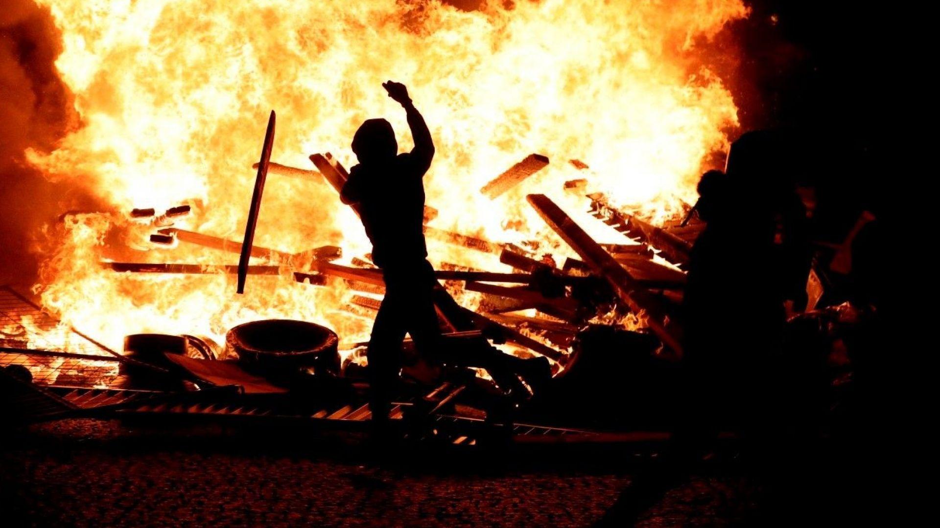Ранени и десетки задържани при сблъсъците в Париж заради цените на горивата (снимки)