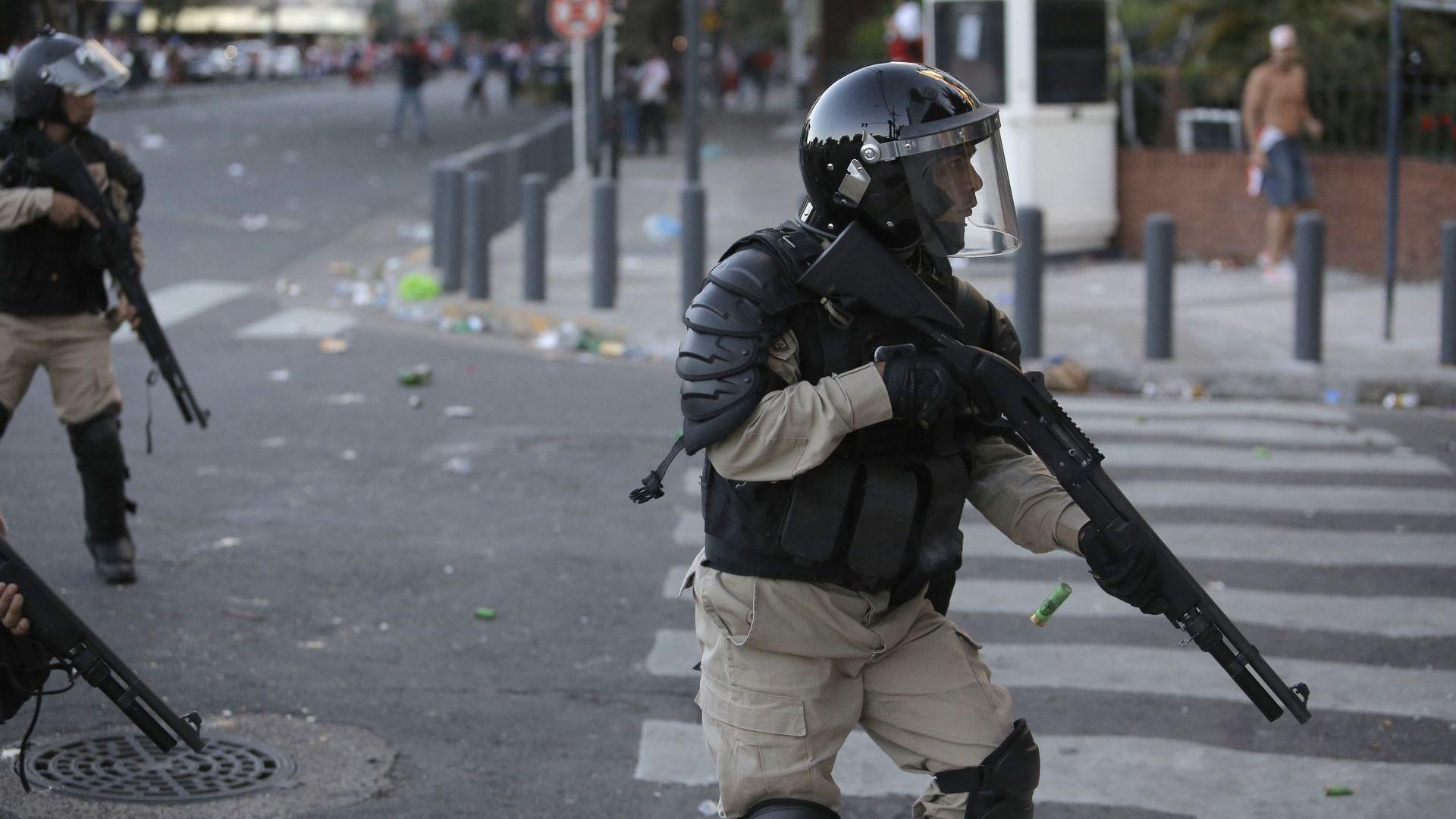 Буенос Айрес чакаше тежка нощ, арестуваха 56 фенове още по светло