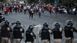 Ексцесии в Аржентина: Отложиха финала Ривер - Бока (обновена)