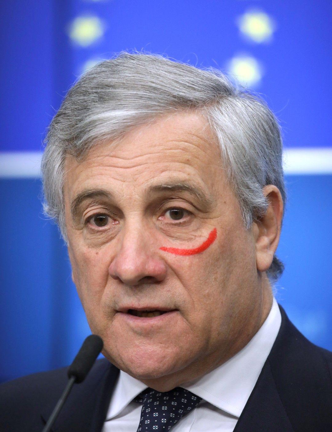 Председателят на Европарламента Антонио Таяни дойде със символична червена ивица на лицето в международния ден срещу насилието над жени